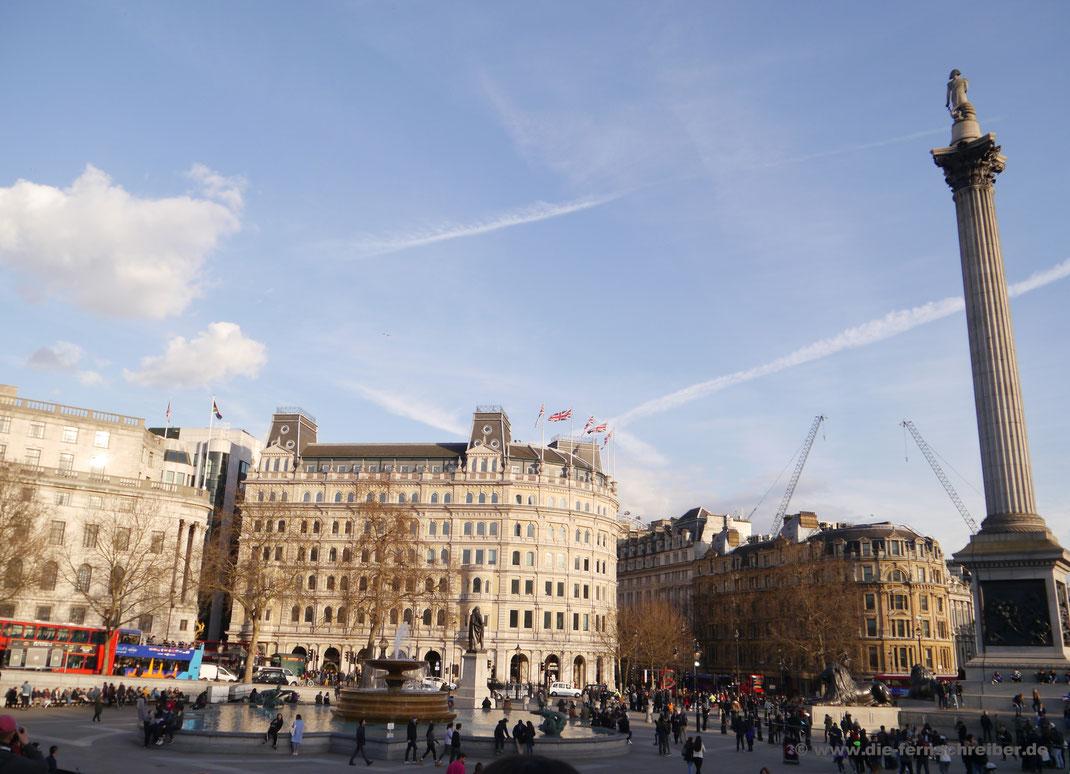 Trafalgar Square mit Nelsonsäule und Grand Buildings
