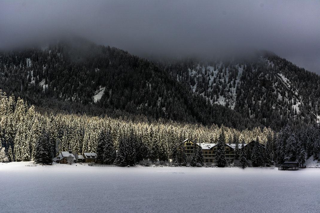 Lago di Braies - Dolomiti di Sesto - Inverno - Montagna - Alba