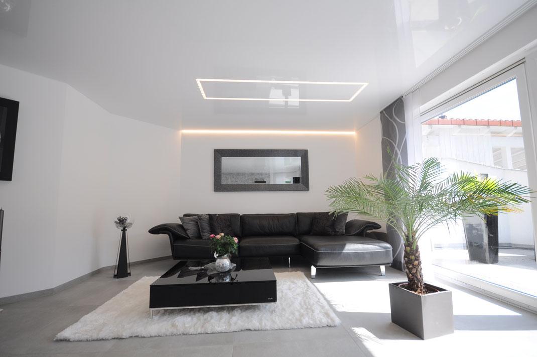Bild Küche mit schwarzer und weißer glänzenden Lackspanndecke aus der CILING Produktwelt sowie Einbaustrahlern