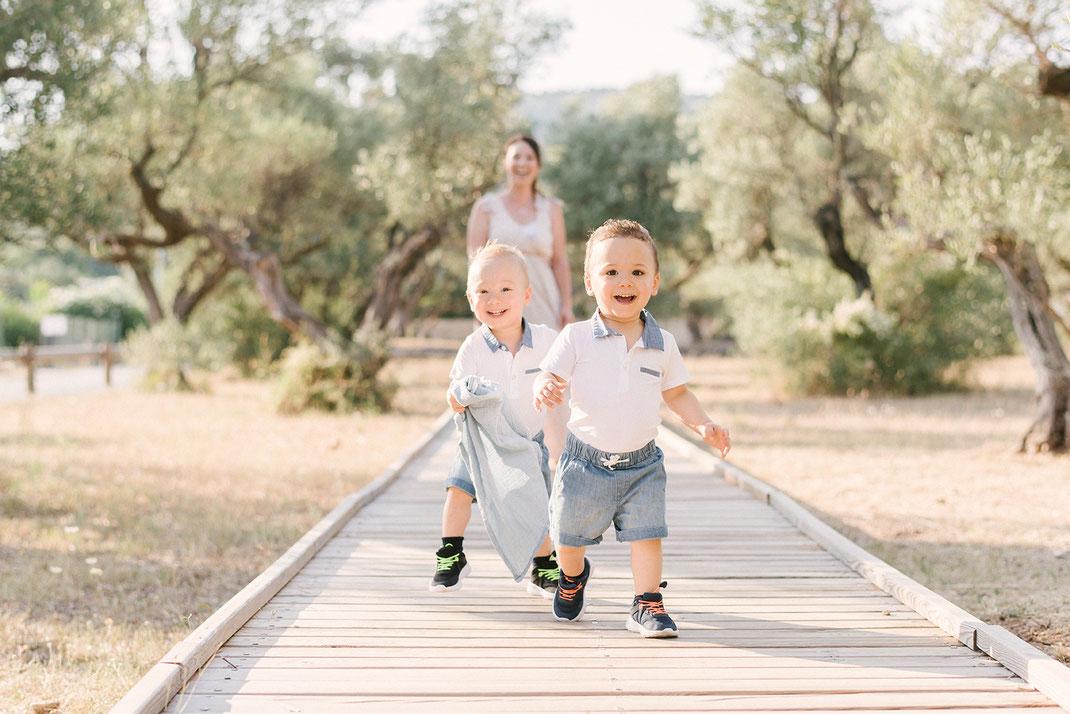 séance famille portrait famille seance photo famille var photographe Toulon hyères La Crau Le Pradet Carqueiranne La Farlède Solliès-pont Seance enfant portrait maman bébé jumeaux