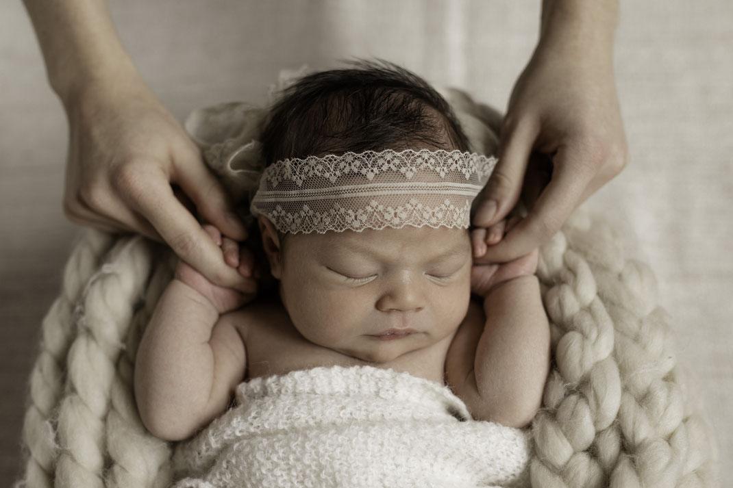 Neugeborenen Fotografie - Baby liegend in Schale
