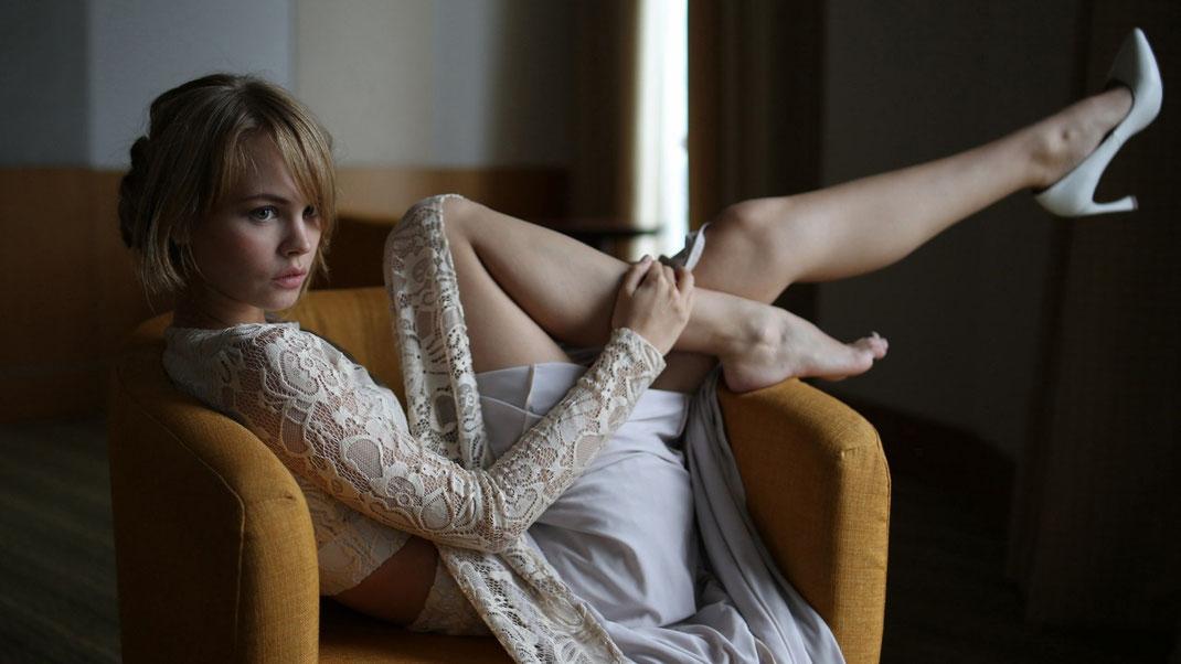 Фото женщин сидящих на своих ногах фото 769-105