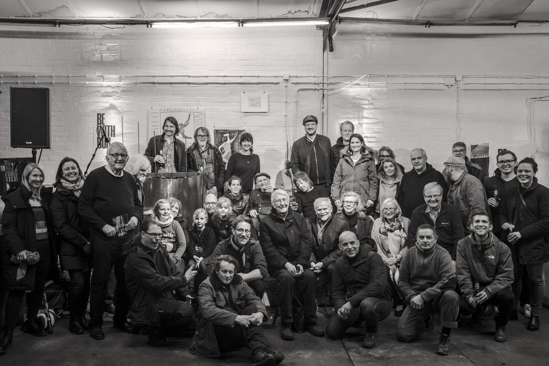 Das Gruppenfoto mit den Künstlern Bob Rutman und Brendan Schönwetter – samt Publikum – nach der beeindruckenden Live-Performance. Foto: © Ydo Sol