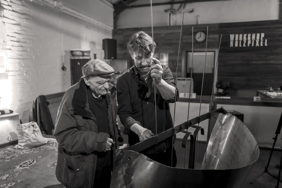 Bob Rutman und Manfred Makowski montieren die Bow Chime im Holzpixel Workshop in Gütersloh. Foto: © Ydo Sol