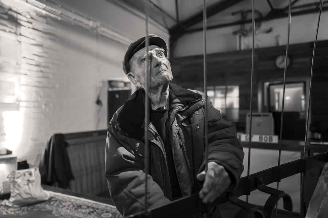 """Ein Meisterwerk des Fotografen Ydo Sol: Bob Rutman prüft konzentriert sein Instrument. Soundcheck vor dem """"BE WITH BOB""""-Gig in Gütersloh. Foto: © Ydo Sol"""