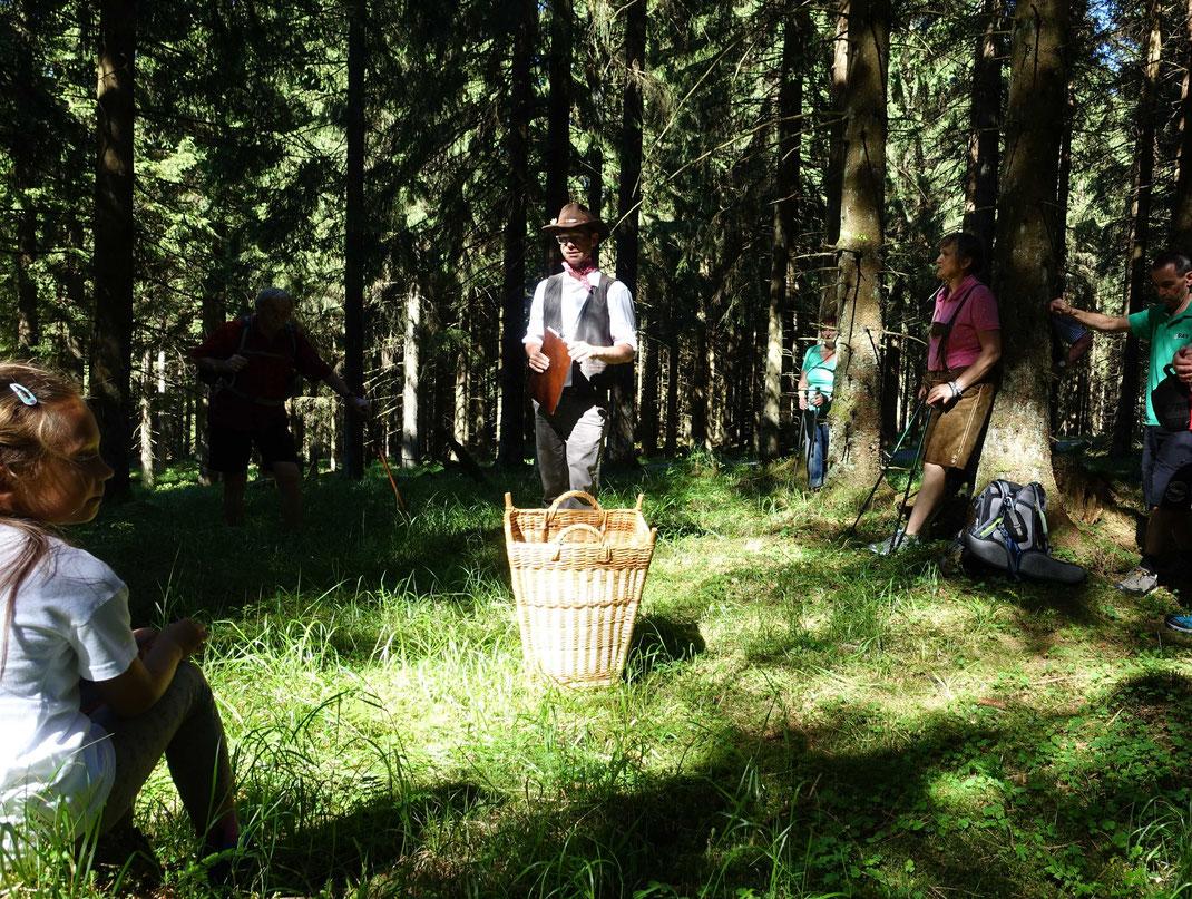 Bärwurzduft und Arnikablüte: Wäldlertour am Rennsteig - Rast im Wald auf einem alten Meilerplatz