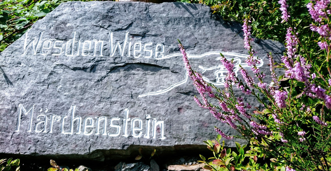 Steinernes Hinweisschild, nur der Name erinnert noch an die einstige Nutzung