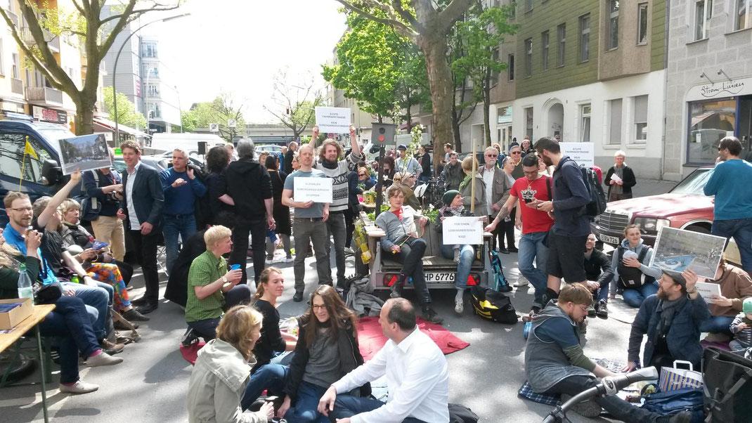 Fordern, dass ihre Fahrradstraße endlich auch eine Fahrradstraße wird: Demonstranten in der Prinzregentenstraße.Foto: Stefan Jacobs