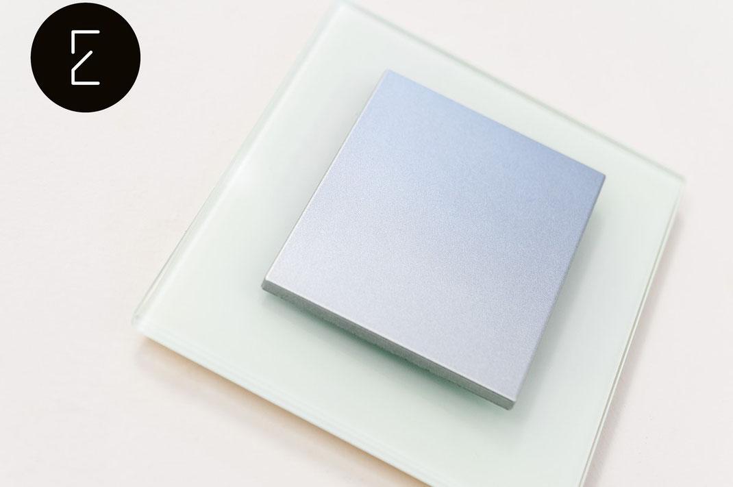 la collection d'interrupteurs et prises de courant Decente est moderne et permet de choisir les matières des plaques de finition. Vous pouvez combiner avec un même design du verre, du bois, du béton, de l'aluminium ou encore de l'acier brossé