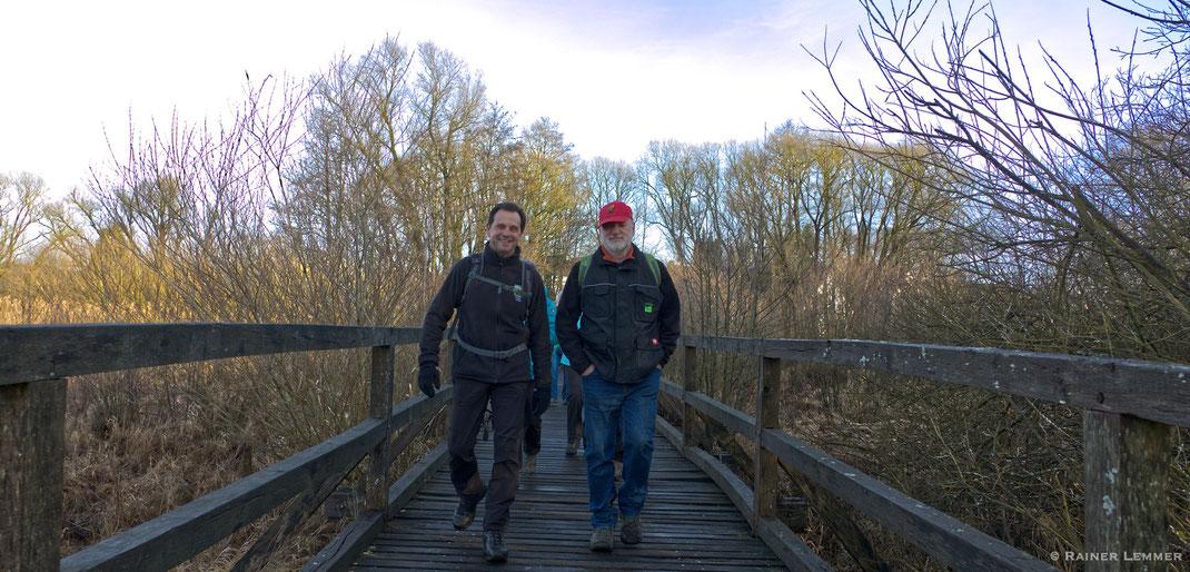 Steg am Dreifelder Weiher mit WW-Steig Wanderern