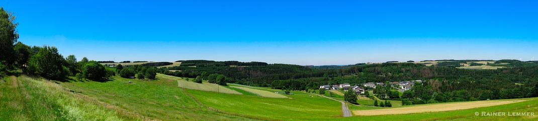 """Aussicht vom Panorama Rundweg """"750"""" auf Heuzert"""