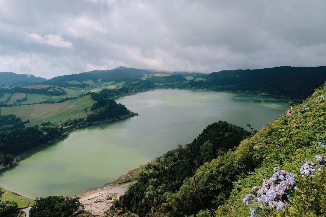 Blick über den Lagoa da Fogo auf Sao Miguel