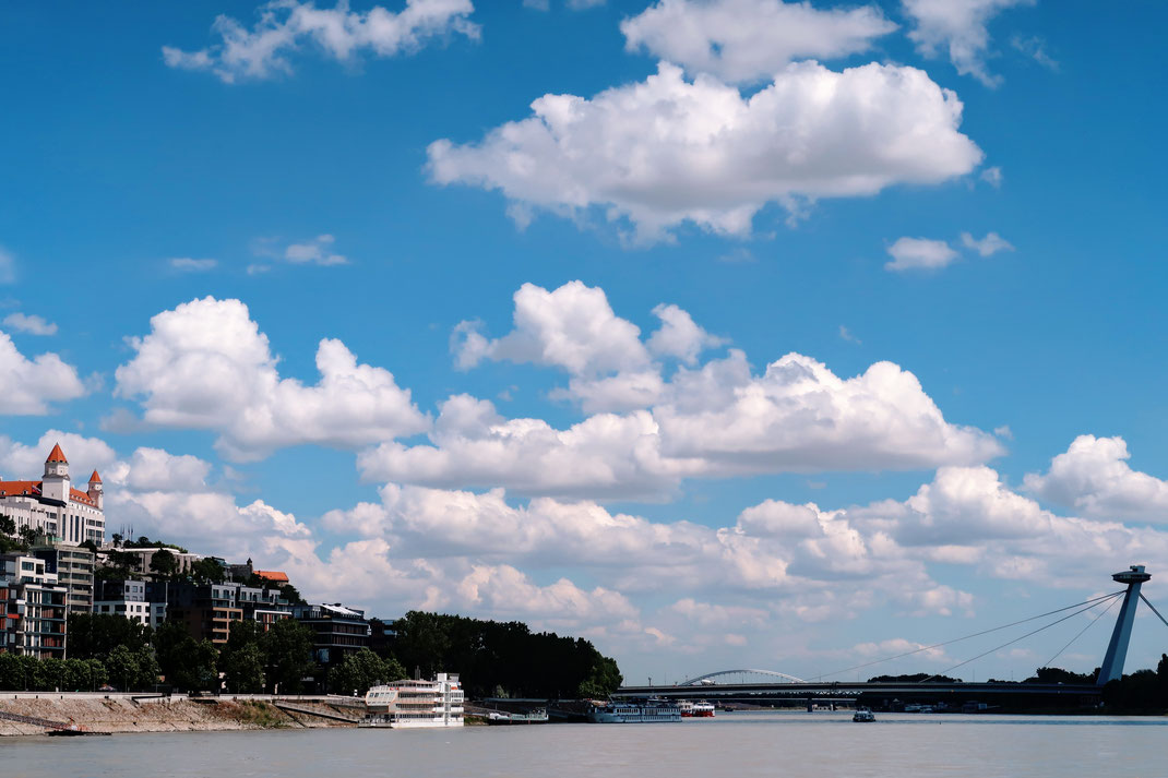Anfahrt auf Bratislava mit dem Twin City Liner auf der Donau