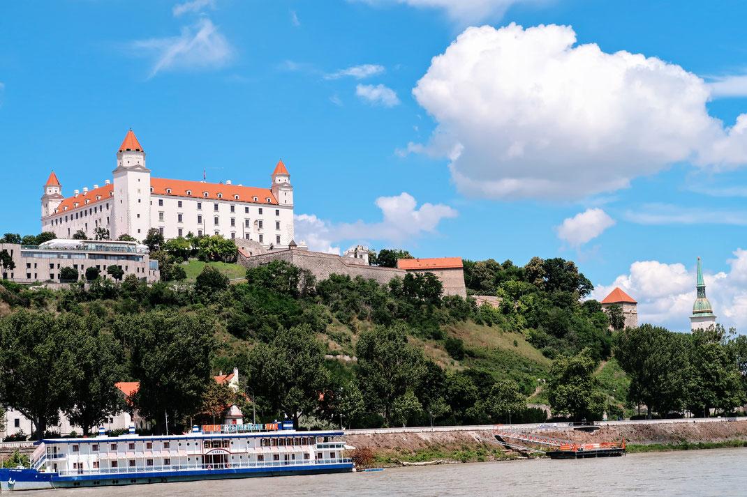 Anfahrt auf Bratislava mit der Bratislavski Hrad über der Donau