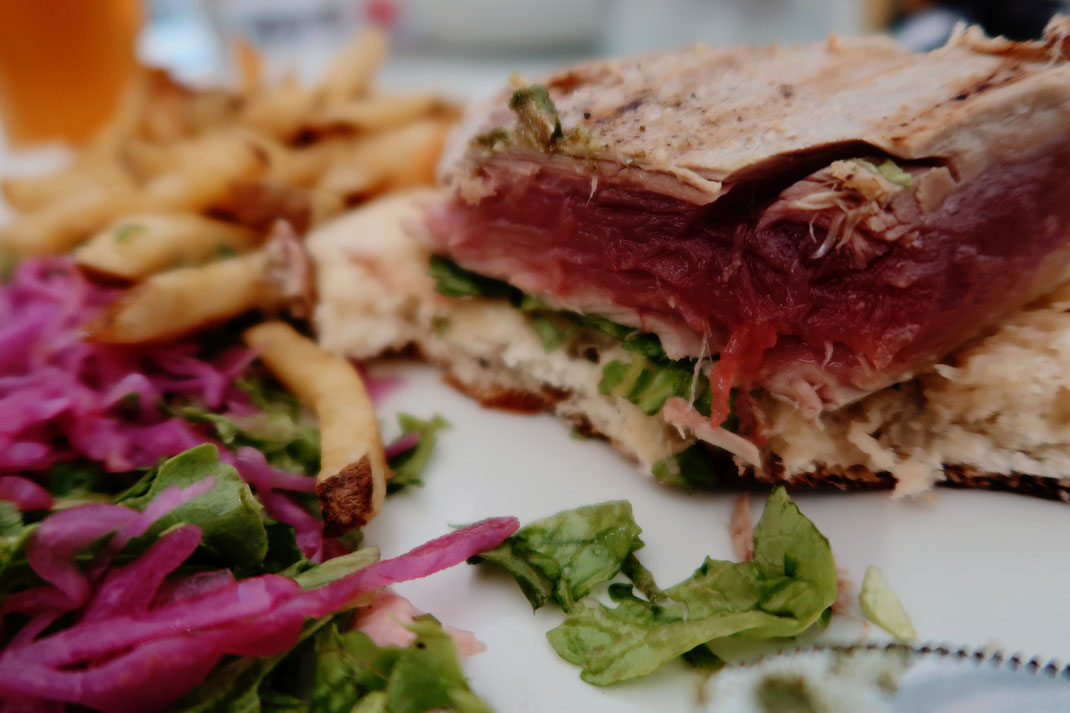 Thunfisch Sandwich in der Tuka Tula Bar am Praia de Santa Barbara auf Sao Miguel