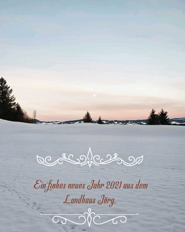 verschneite Landschaft bei Sonnenaufgang über den Bergen