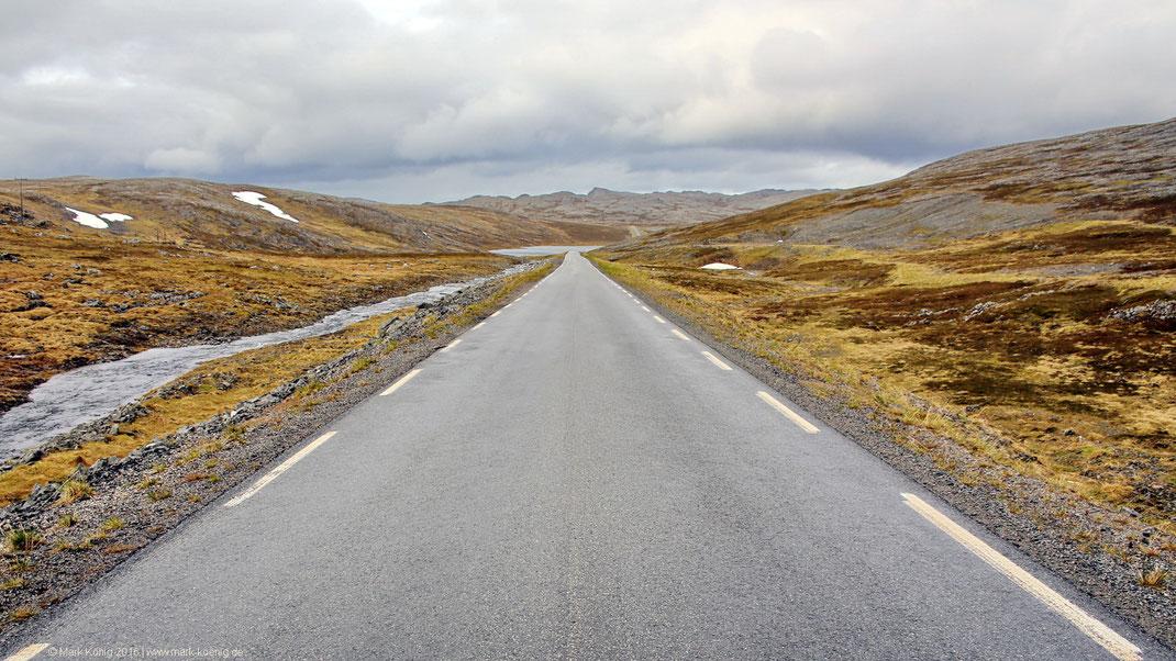 Foto einer langen Straße mit Bach daneben: Gedanken fließen manchmal wie ein Bach-meist sehr hilfreich begleiten sie den eigenen Weg