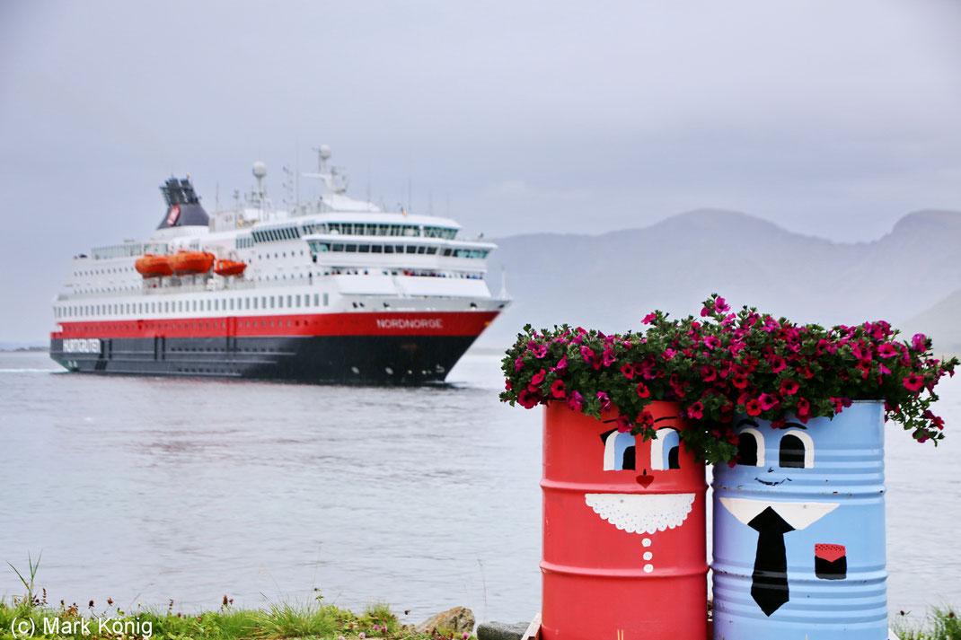 """Bei jedem Wetter unterwegs: Hier das Schiff """"MS Nordnorge"""" bei Risøyhamn (Vesterålen)"""