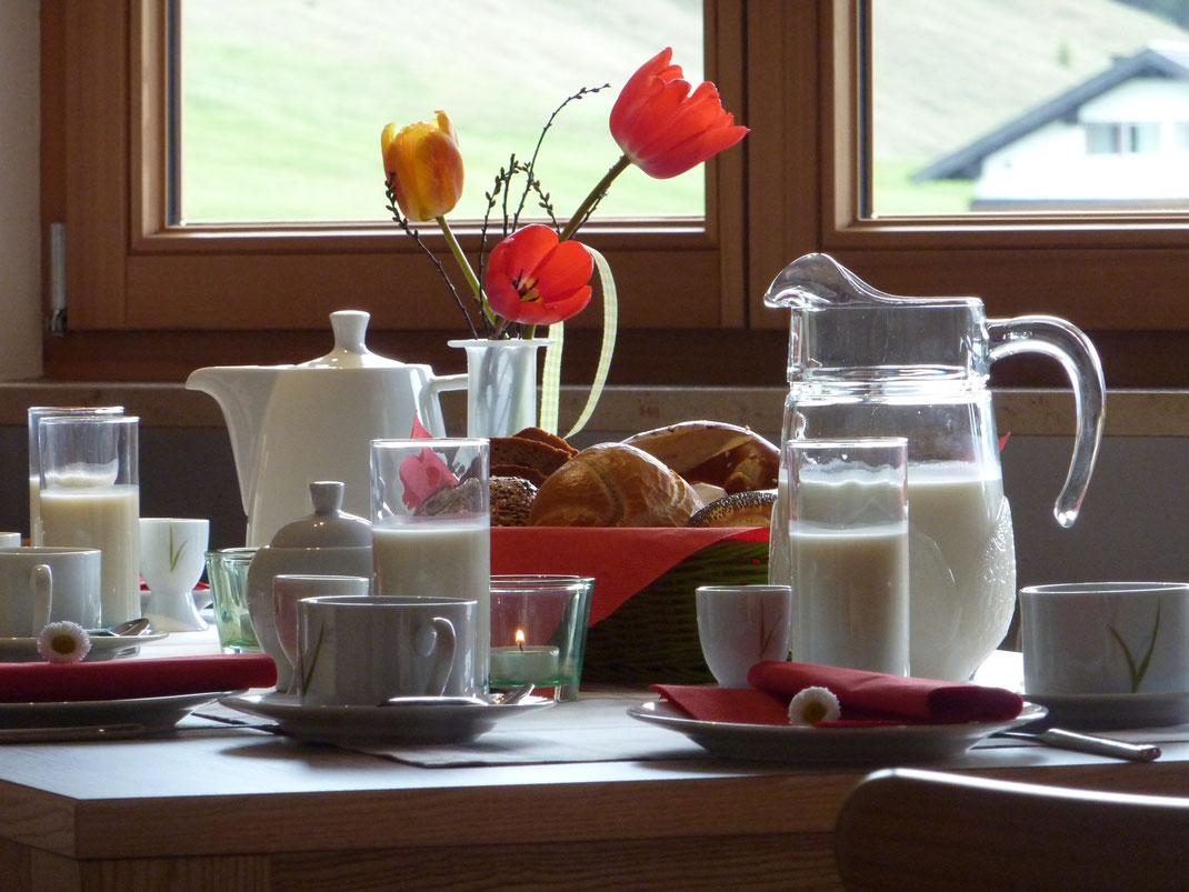 Berge-Frühstück-frische Heu-Milch