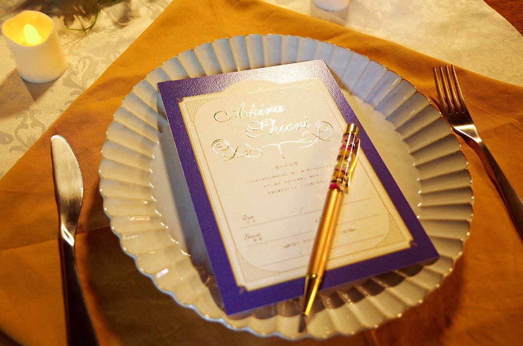 デザイン婚姻届tsumuguのプレミアム仕様にはセミオーダーの金箔名入れをした記念カードが付きます