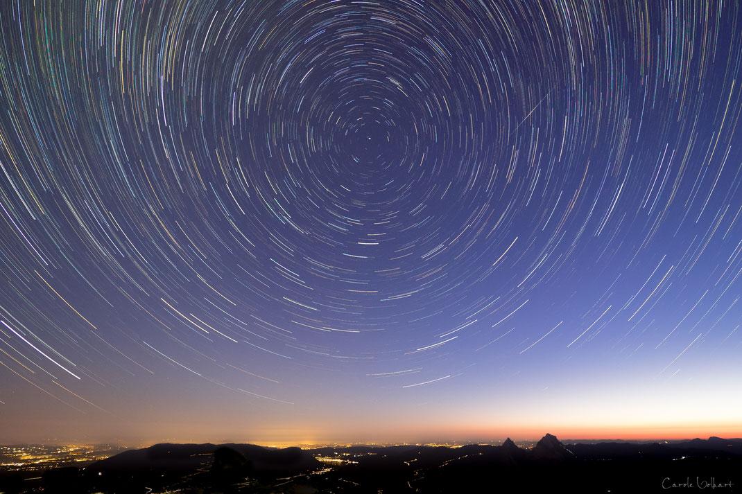 Sternspuren auf dem Fronalpstock mit Sternschnuppe