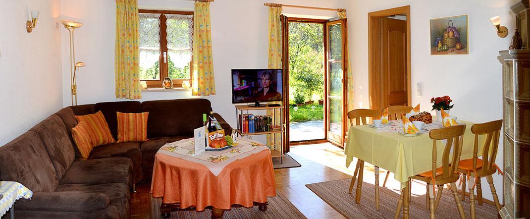 Ferienwohnungen in Oberaudorf im Pechlerhof / Wohnbereich mit Blick zur Terrasse