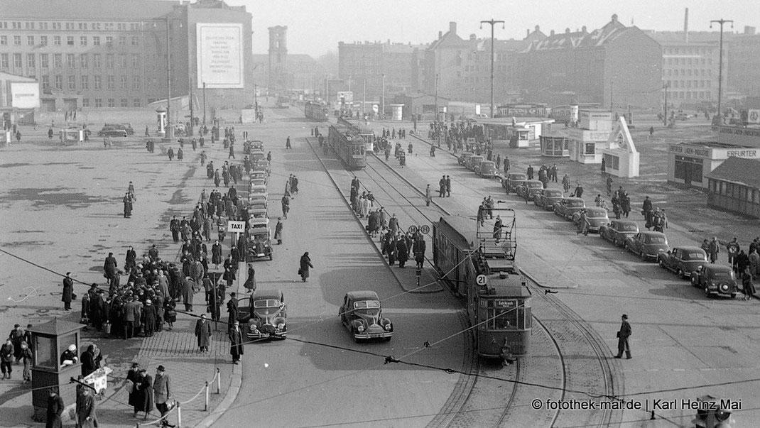 Blick auf den Karl-Marx-Platz in Leipzig auf Menschen, Straßenbahnen, Taxen Anfang der 1950er Jahre