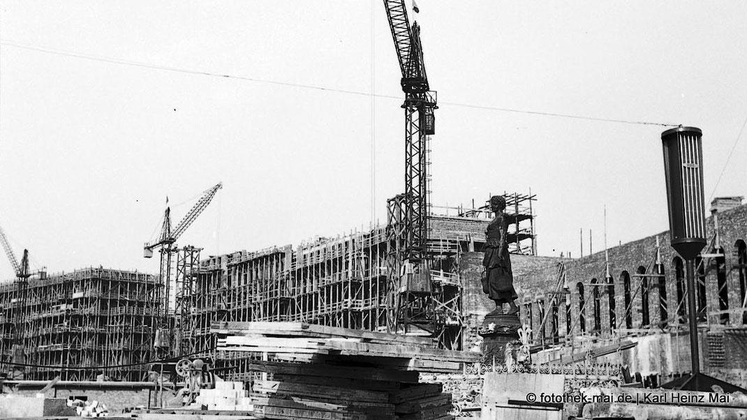 Großbaustelle Leipzig, Ringbebauung, Mägdebrunnen und Lautsprecher des Stadtfunks, 1954