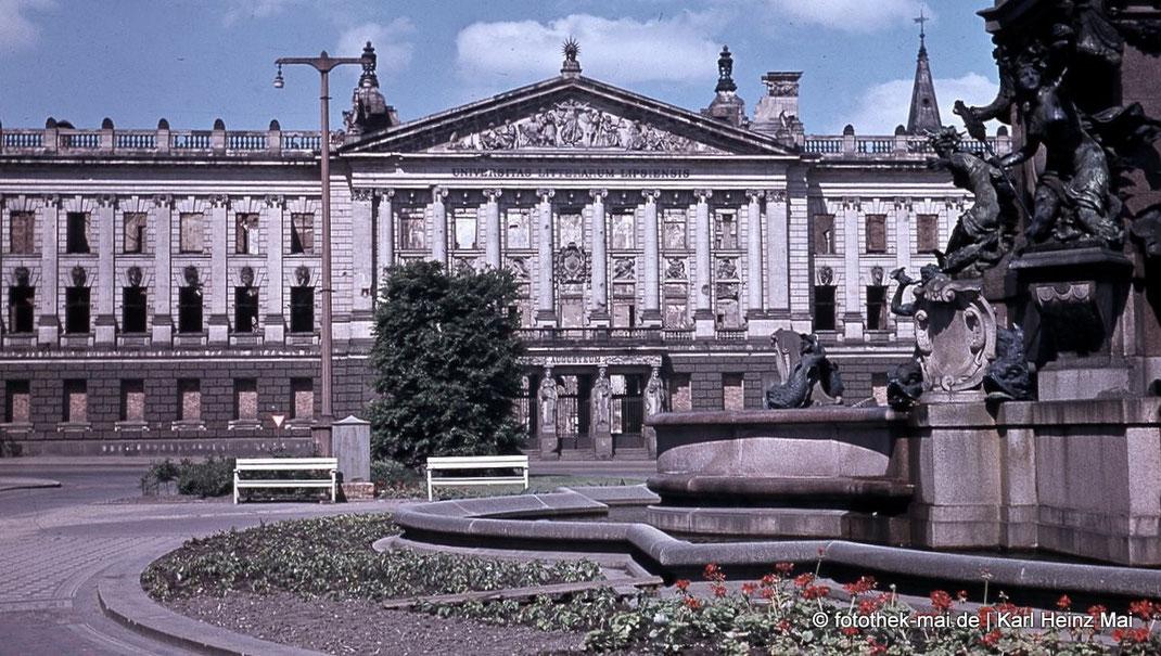 Universitätsgebäude Augusteum als Ruine in Farbe. Im Vordergrund ein teil des Mendebrunnens