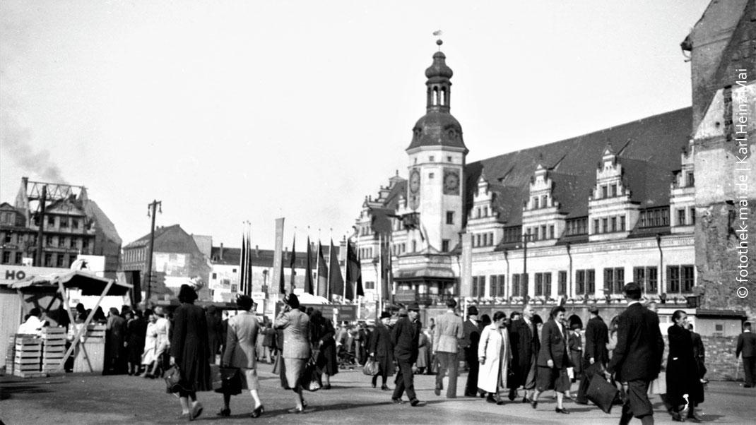 Marktplatz Leipzig mit Altem Rathaus, Buden und viele Passanten