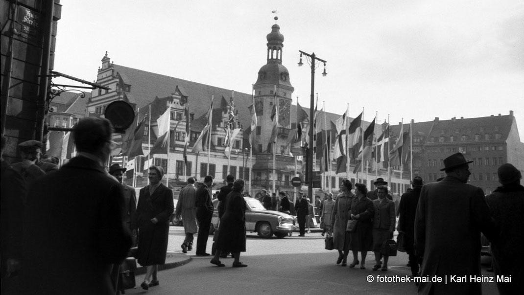 Altes Rathaus zu Leipzig mit Passanten zur Messe um 1955.