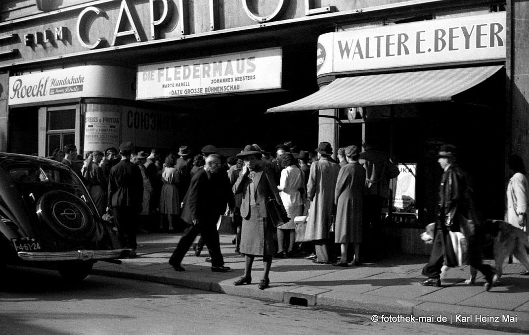 Eingang Kino Capitol Leipzig, Auto links, Passanten, Film Fledermaus