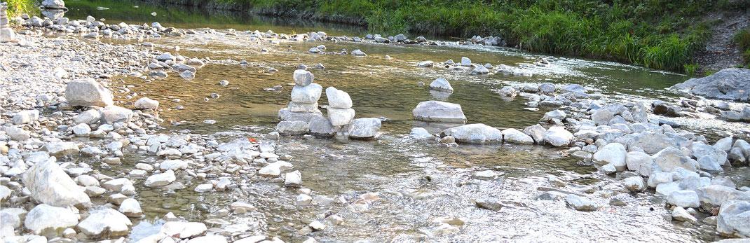 Der Gebirgsbach Jenbach Bad Feilnbach fließt direck am KAISER CAMPING