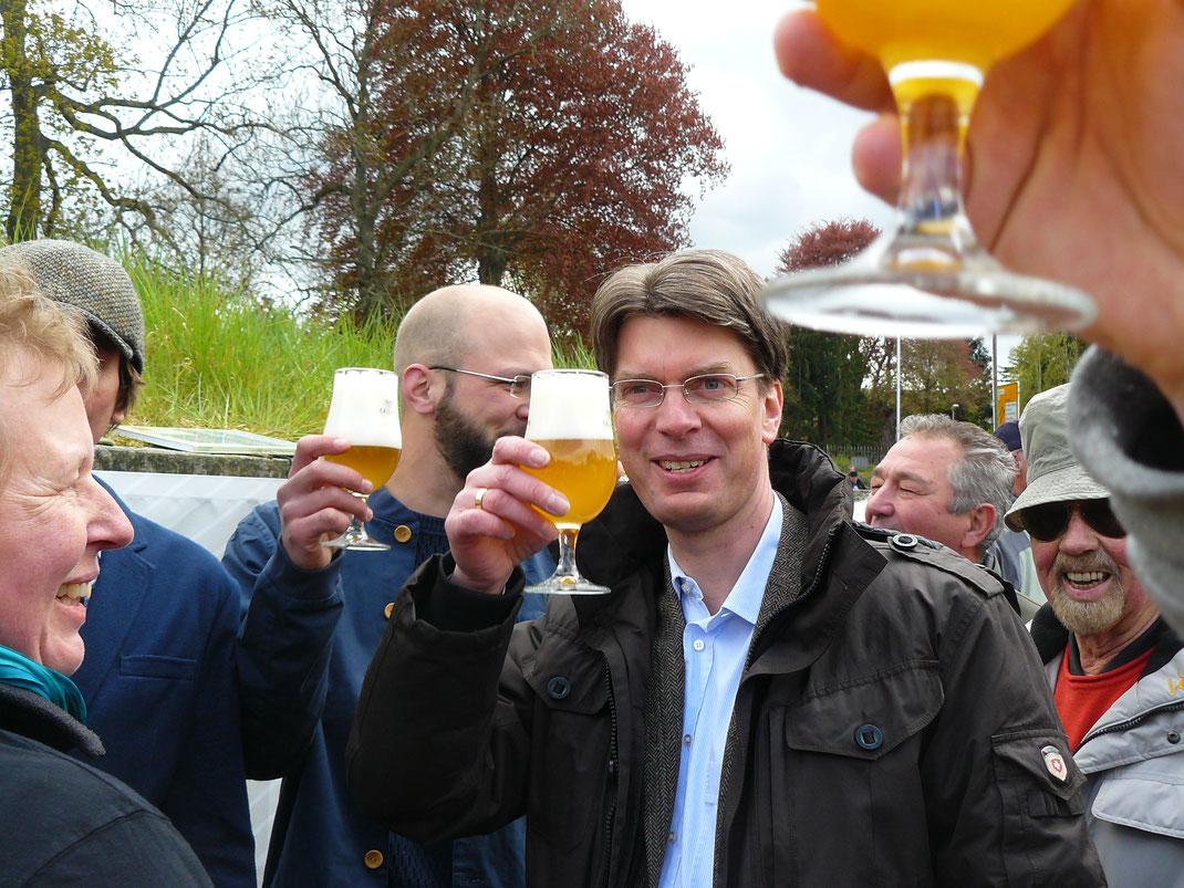 OB Dr. Ingo Meyer prostet auf eine bierige Zukunft in Hildesheim. Foto: Stefan Ottenroth