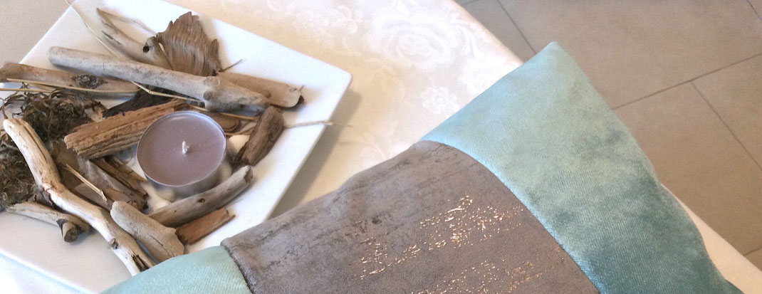 Maritime Deko: Samtkissen in meerblau-silber mit Strandgut und Kerze