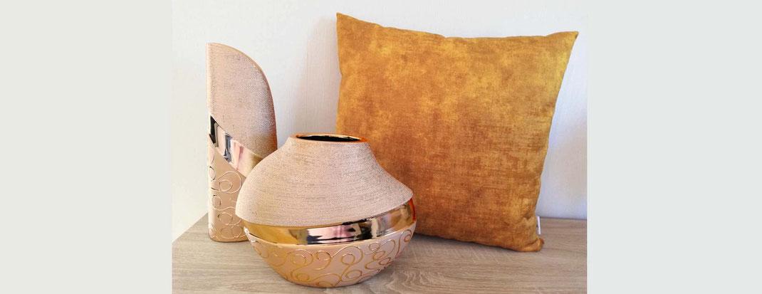 Inspiration Einrichtung: Kissen 50x50 kupfer und kupferfarbene Vasen