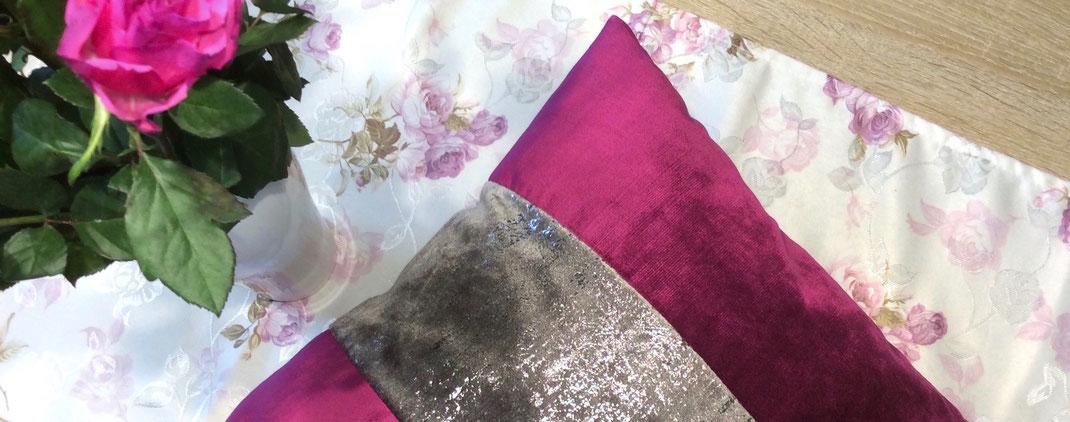 Samtkissen rosa/beere-silber auf einem Rosen-Tischläufer
