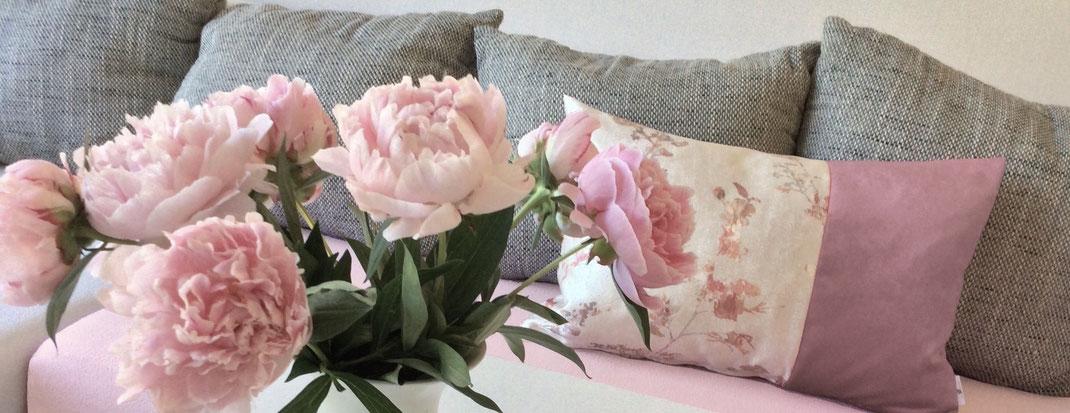 Kissen altrosa-creme mit rosa Blumen, Samtkissen