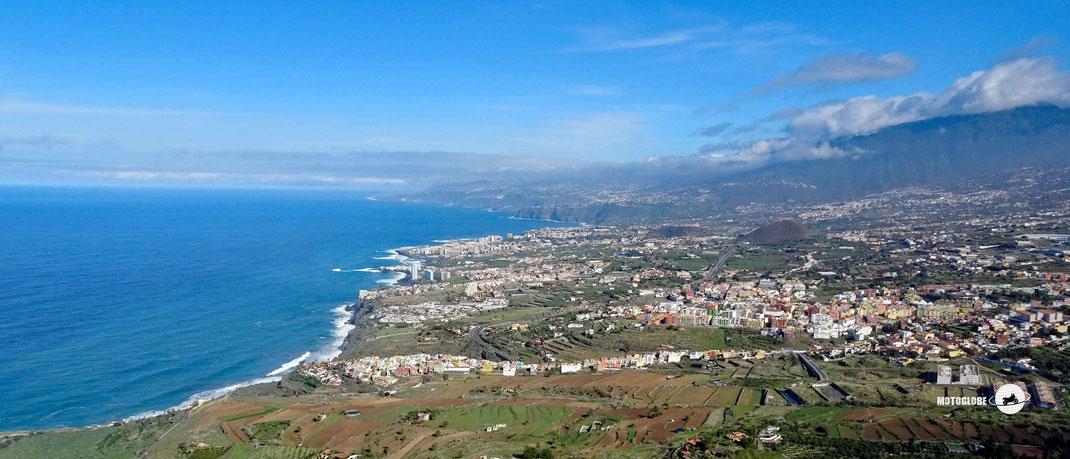 Motorradtour Teneriffa Nordküste, Bäume, Wälder, Weitsicht aufs Meer und Küste, Häuser, bewölkter Himmel