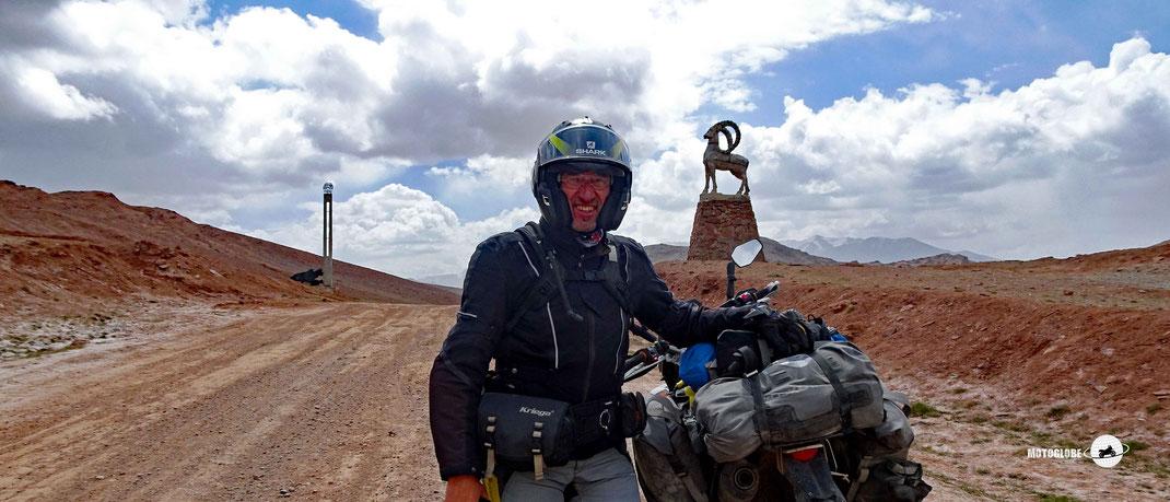 weisse Jurten, KTM Motorrad, grüne Wiesen, blauer See, blauer Himme mit weissen Wolken