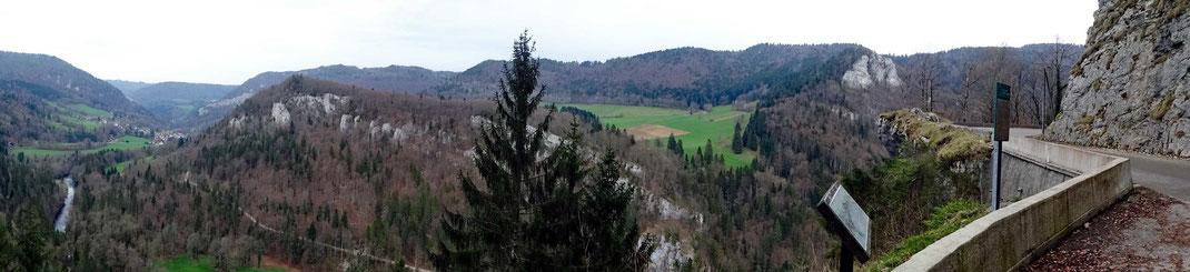 Motorradreisen: Auf der Strasse D437A gibt es einen kleinen Parkplatz, von wo ein wunderschöner Rundblick ins Tal und die Ortschafts Goumois hat.