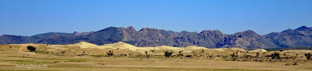 Sand, Hügel. Gebirge, blauer Himmel