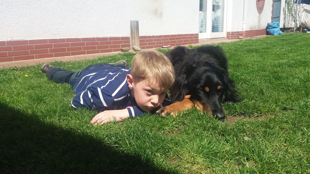 Jakob und Alva im Garten