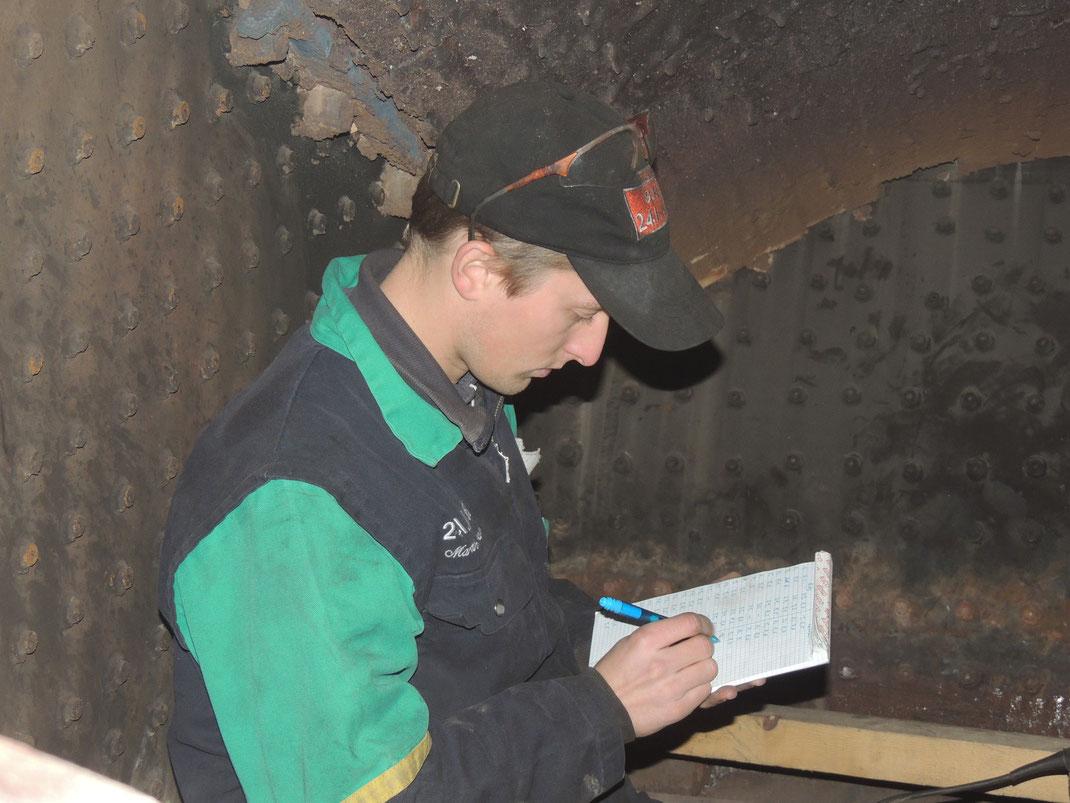 Martin beim Aufschreiben der Ultraschall Messungen.