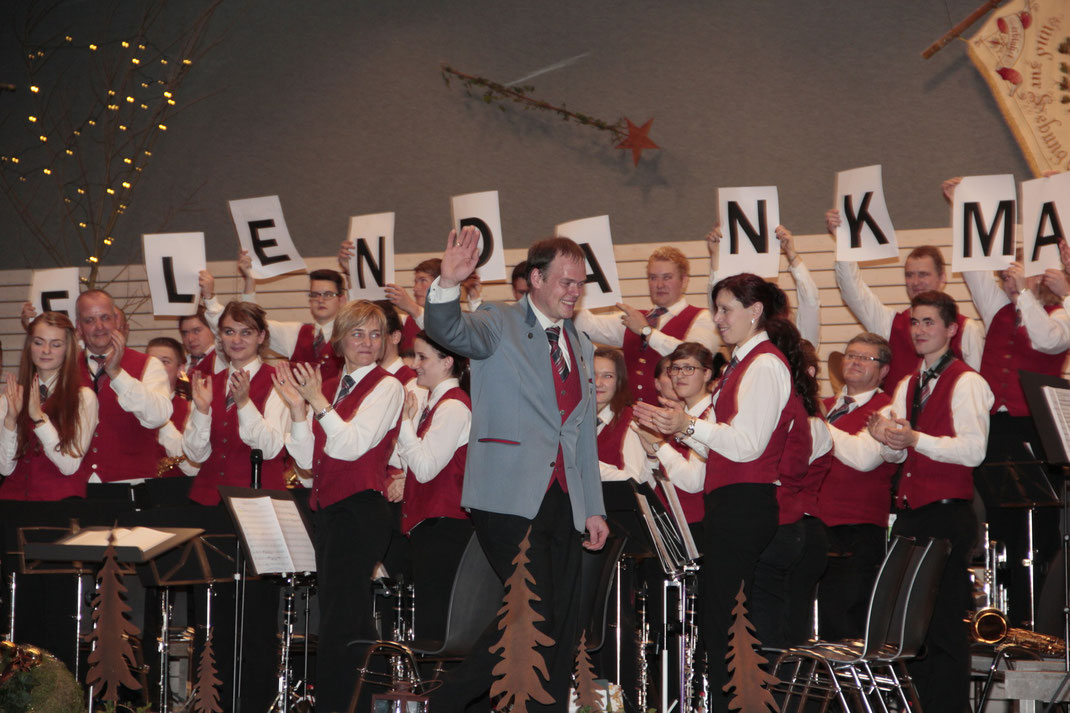 """""""Servus Markus"""" – Dirigent Markus Brugger beendet seine """"Dirigenten-Karriere"""" beim Musikverein Laimnau am Weihnachtskonzert"""