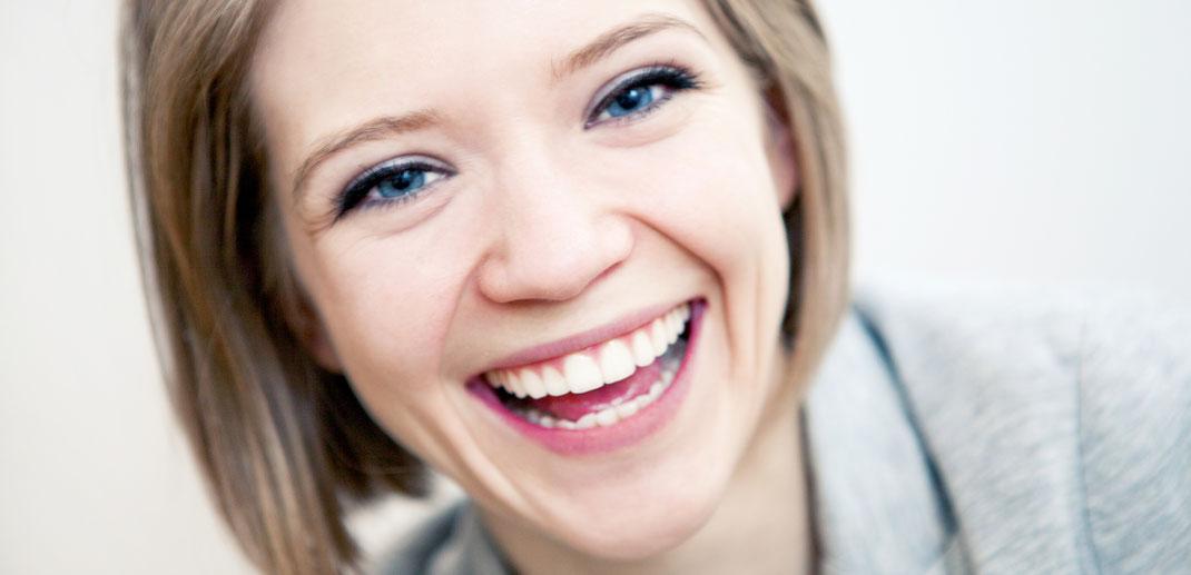 Frau lachend fröhlich hübsch