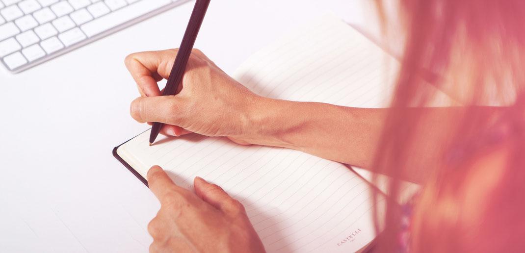 Castelli, Notizbuch, schreiben, schwarzer stift, tastatur, hände