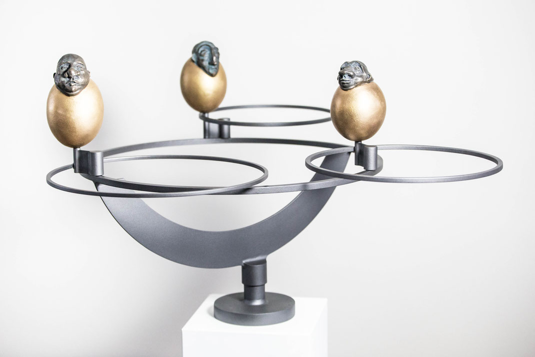 bürokratenkarusell | bronzeplastiken auf kinetischer, frei beweglischer konstruktion | kinetik: michael ernst | clip: marie liebig
