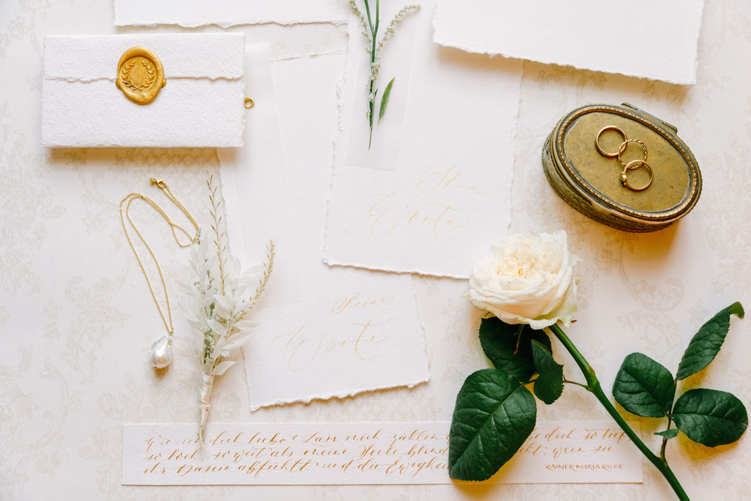 Brautinspiration in Meissen mit einem Brautkleid von Eva Mühlenbeck, Schmuck von Corinna Aurelia und einem Brautstrauß von der Blumenbinderei. Planung von marrylight wedding & event.