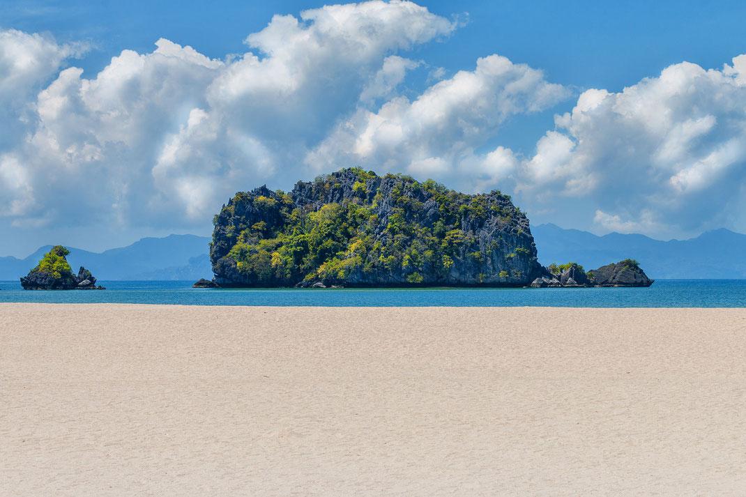 Tanjung Rhu heisst weißer, breiter Strand, Pulversand, kristallklares Wasser  und umgeben von Karstfelsen.